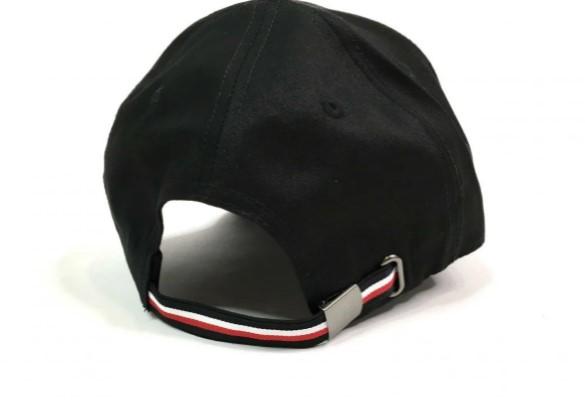 Металлическая застежка на кепке Томми Хилфигер
