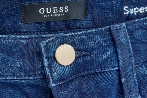 Ярлык на джинсах Guess