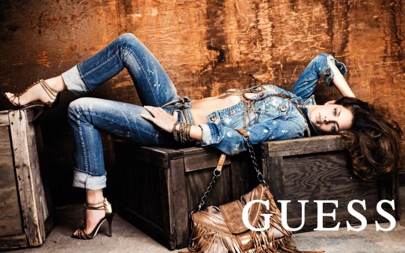 Девушка в джинсах Guess