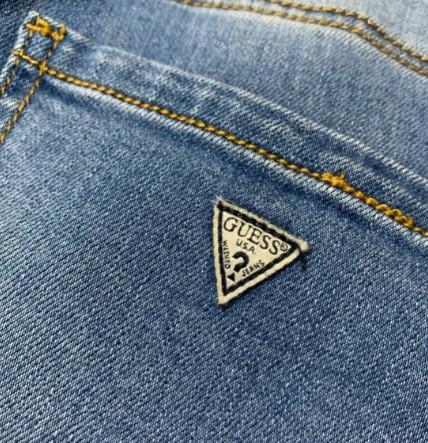 Логотип на карманах джинсов Guess