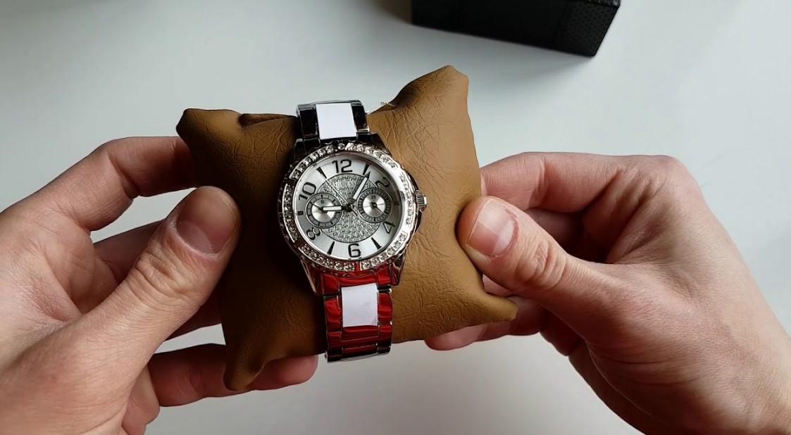 Оригинальные часы Guess с подушечкой