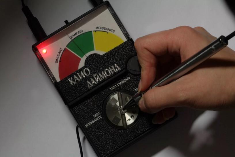 Проверка бриллианта прибором
