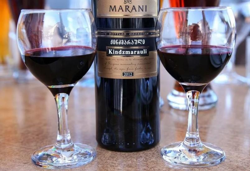 Вино Киндзмараули в бокалах