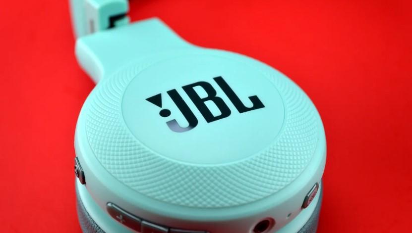 Логотип на оригинальных наушниках JBL