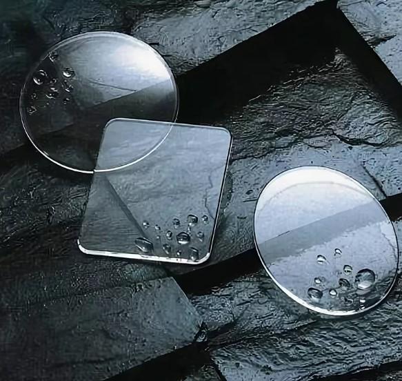 Капля воды на сапфировом стекле для часов