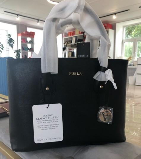 Брелок на оригинальной сумке Furla