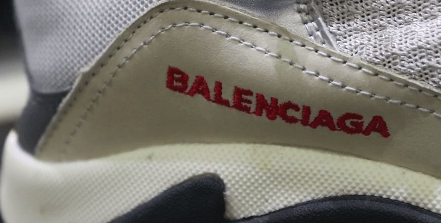 Логотип на поддельных Balenciaga
