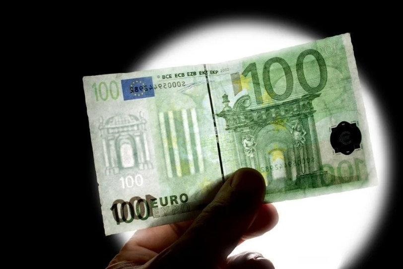 Проверка на свет банкноты 100 евро
